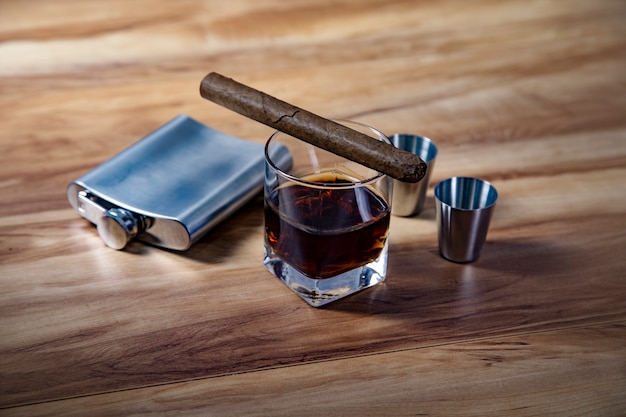 Whisky e charutos colocados na mesa