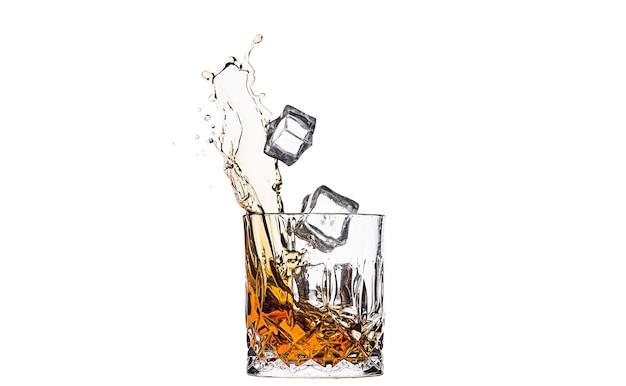 Whisky em copo com salpicos