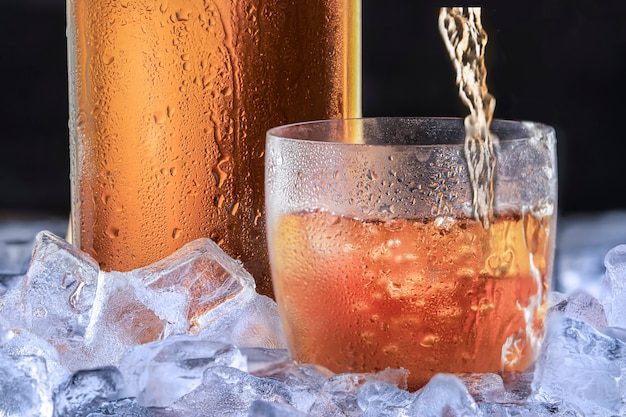 Whisky ou bourbon em copo fosco com gelo