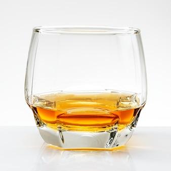 Whisky servido puro em um copo