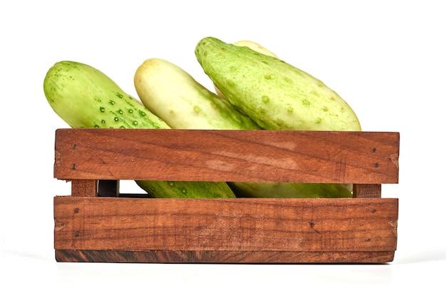 Whtie pepinos em uma bandeja de madeira.