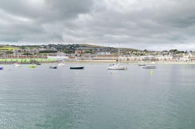 Wicklow, ireland,, vista sobre a cidade de wicklow do porto de wicklow.