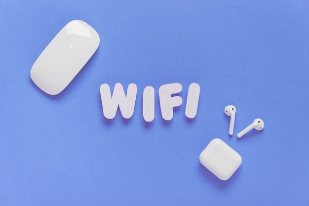 Wifi soletrado para fora com fones de ouvido