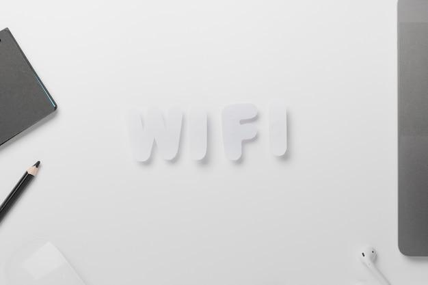 Wifi soletrado para fora na mesa com giz de cera