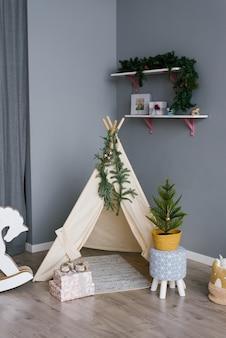Wigwam infantil e árvore de natal no berçário