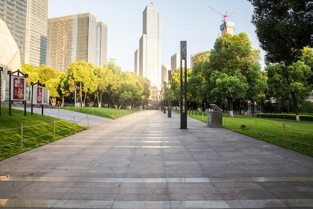 Winding road através de um parque da cidade
