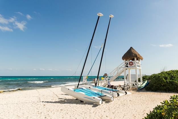 Windships na costa de areia perto do mar