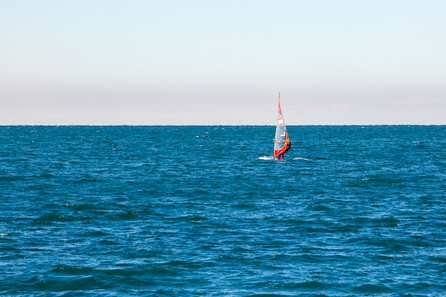 Windsurfista no mar de trieste