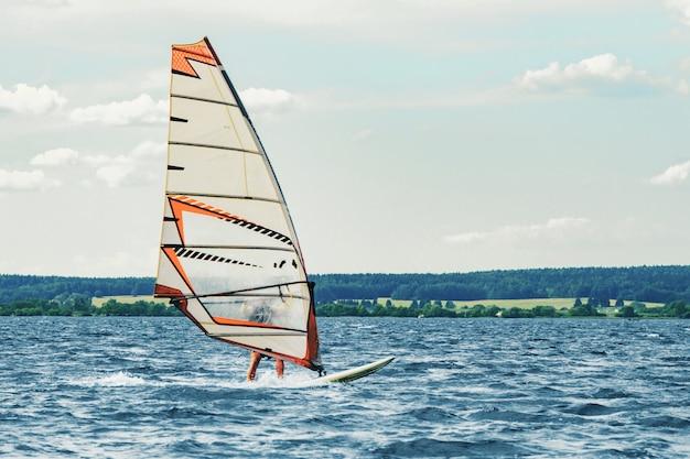 Windsurfista sozinho pega o vento