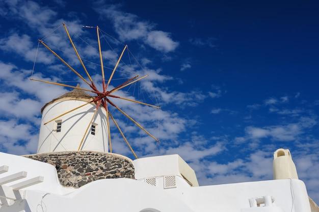 Windwill de oia santorini, grécia, copyspace