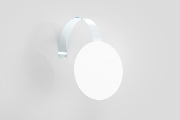 Wobbler branco em branco pendurado na maquete da parede