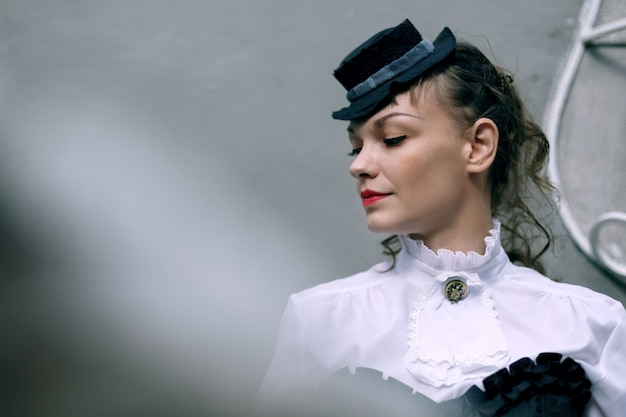 Wodel pensativo vestido em estilo vitoriano