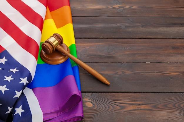Woden juiz malho com bandeira lgbt