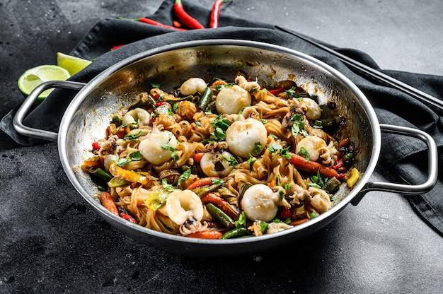 Wok com frite macarrão udon, choco e legumes.