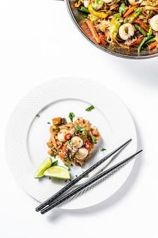 Wok com frite macarrão udon, frutos do mar e legumes.