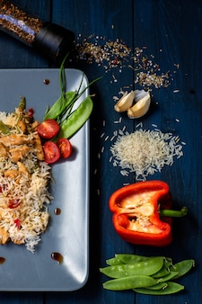 Wok tailandês com frango e arroz e legumes