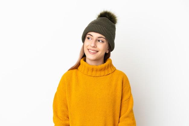 Womanan usando chapéu de inverno