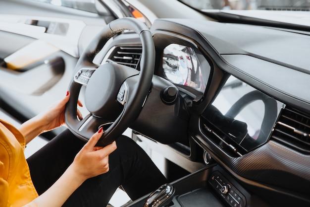 Womans mão no volante.