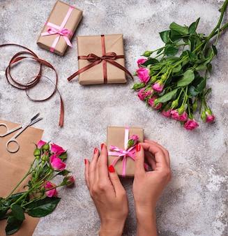 Womens mãos segurar uma caixa de presente