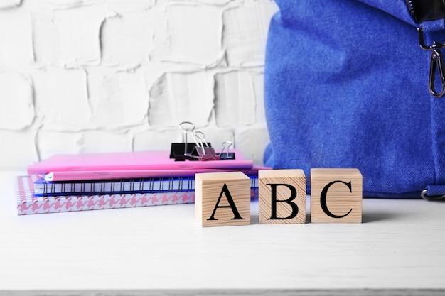 Word abc com papel de carta colocado em superfície clara
