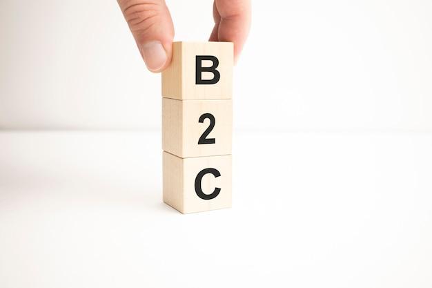 Word b2c feito com blocos de madeira
