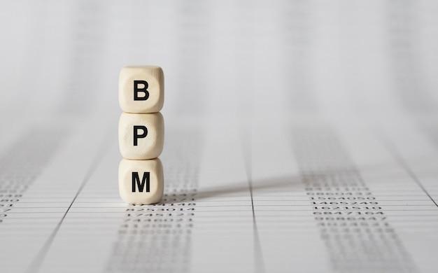 Word bpm feito com blocos de construção de madeira, imagem de estoque