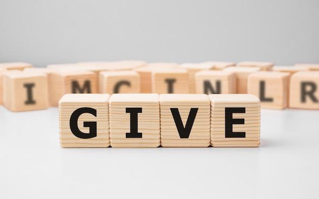 Word give feito com blocos de madeira