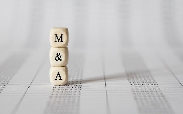 Word m and a feito com blocos de madeira, imagem de estoque