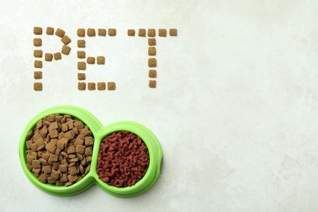 Word pet feito de ração e tigelas de ração em branco texturizado