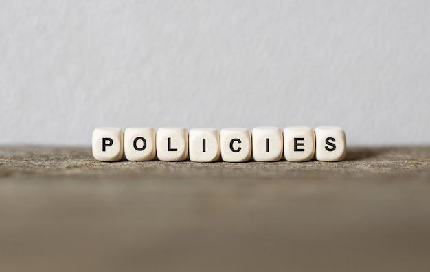 Word policies feitas com blocos de madeira