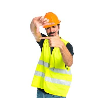 Workman focado com os dedos em um fundo branco