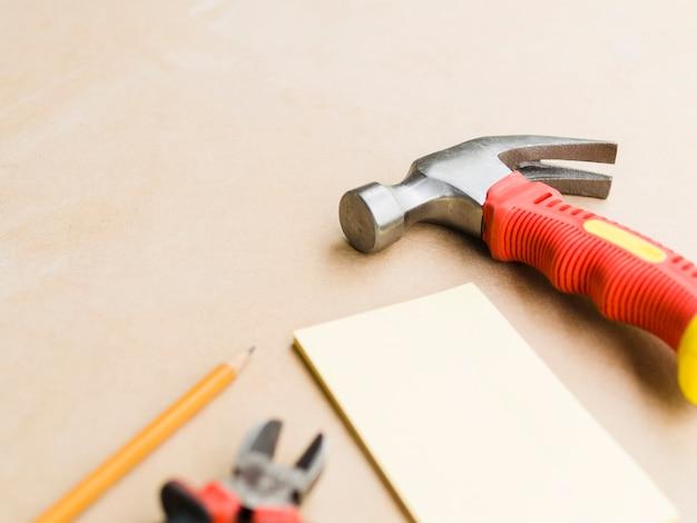 Workshop com martelo, alicate e compensado