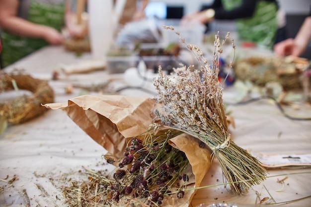 Workshop master class feito à mão na confecção de guirlandas de natal e estilo rústico. guirlandas de natal