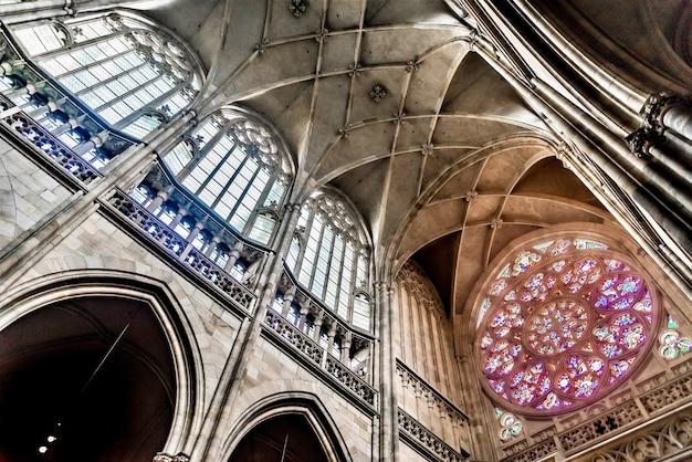 Worm's eye view shot do teto da catedral de são vito em praga, república tcheca
