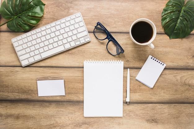 Worplace com o copo de teclado e notebook