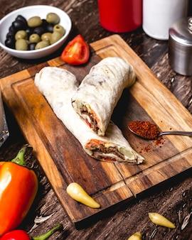 Wrap de carne com pepino em conserva, batatas fritas e maionese