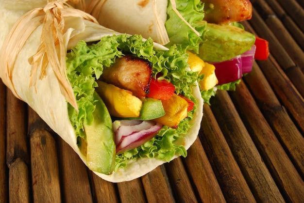 Wrap sanduíches de frango na esteira de madeira