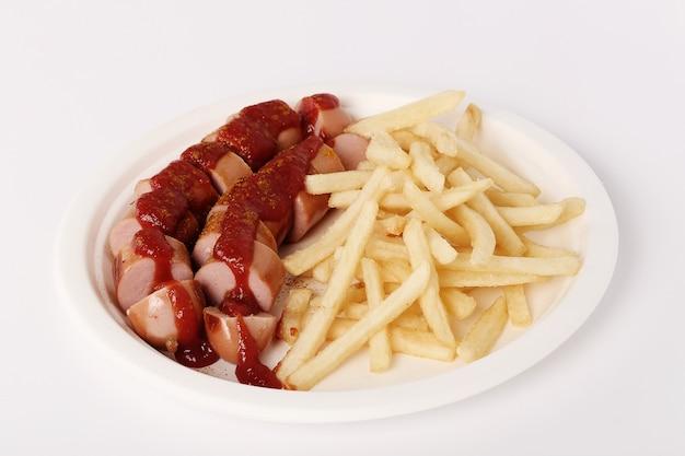Wurst de caril com molho e batatas fritas