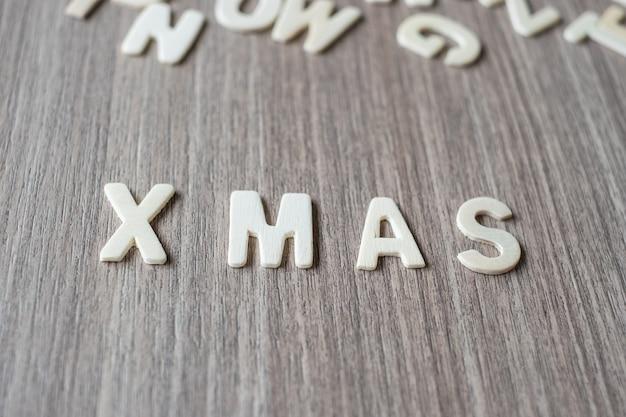 X mas palavra de letras do alfabeto de madeira. feliz natal e feliz ano novo
