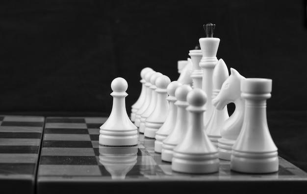 Xadrez branco sobre preto