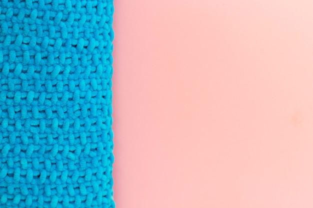 Xadrez de bebê tricotado à mão azul no lado esquerdo