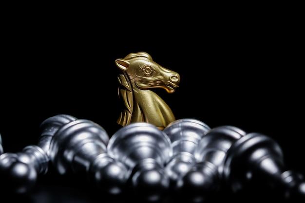 Xadrez de cavaleiro de ouro sobre fundo preto