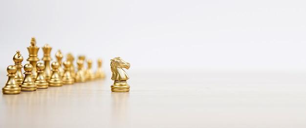 Xadrez de close-up em pé primeiro na equipe de linha no tabuleiro de xadrez.