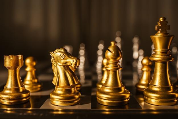 Xadrez de jogo de tabuleiro. figuras de close-up de cor ouro.