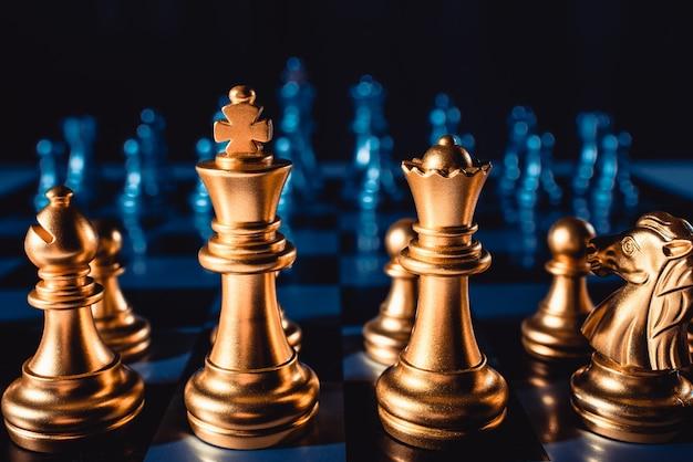 Xadrez de jogo de tabuleiro. figuras de cor dourada em um close-up de fundo azul.