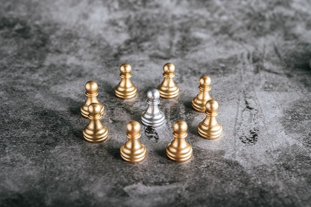 Xadrez de ouro e prata no jogo de tabuleiro de xadrez para o conceito de liderança de metáfora de negócios
