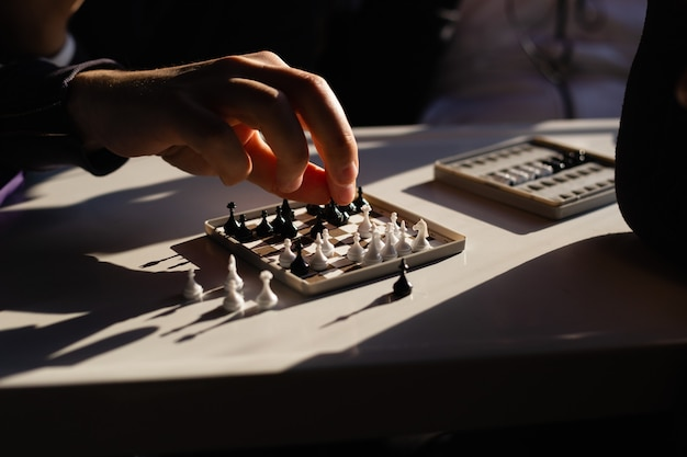 Xadrez de viagem alcance da mão para o xadrez fazer um movimento