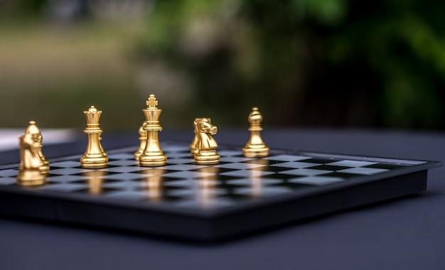 Xadrez internacional dourado no tabuleiro