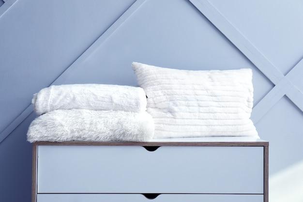 Xadrez macio e quente e almofada na cômoda