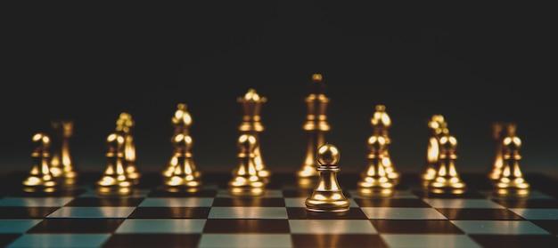Xadrez que saiu da linha conceito de negócios plano estratégico e trabalho em equipe.